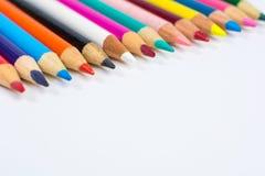 Линия покрашенных Crayons карандаша близких вверх на белизне Стоковое фото RF
