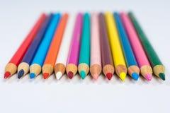 Линия покрашенных Crayons карандаша на белом вид спереди Стоковые Изображения RF