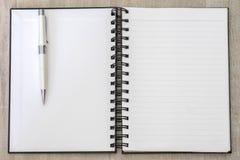 Линия пробела памятки белой книги открытая с ручкой Стоковые Фотографии RF