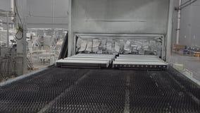 Линия работы для печь частей Детали приходят вне после печь от машины Камера снимает от стабилизатора в движении сток-видео