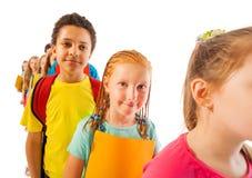 Линия разнообразных детей внутри изолированных на белизне стоковые фотографии rf