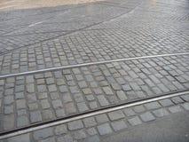 Линия скрещивание трамвая дальше мостить дорогу камней стоковое изображение