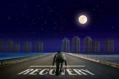 Линия СПАСЕНИЯ бизнесмена перед городом Взгляд ночи задний Ele стоковая фотография