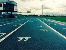 Линия старта беговой дорожки автомобиля Стоковая Фотография RF