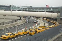 Линия такси Нью-Йорка рядом с стержнем 5 JetBlue на международном аэропорте Джона Ф. Кеннеди Стоковые Фотографии RF