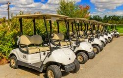 Линия тележки гольфа поля для гольфа Стоковая Фотография