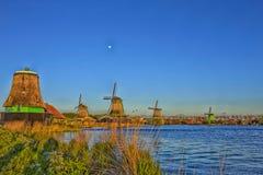 Линия традиционных голландских ветрянок в деревне Zaanse Schans, в Нидерландах Стоковые Изображения RF