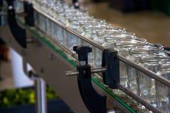Линия упаковки для обрабатывать огурцы в чонсервную банку стекла стоковое изображение