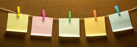 Линия фото Cllothes вися 5 красочное пост-оно стоковое изображение