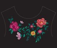 Линия цветочный узор шеи вышивки красочная этническая с большим ros Стоковое фото RF