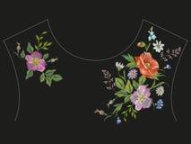 Линия цветочный узор шеи вышивки с розами, стоцветами и c Стоковое Изображение RF