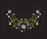Линия цветочный узор шеи вышивки этническая с стоцветами Стоковое Фото