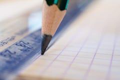 Линия чертежа карандаша на правителе Стоковые Фото