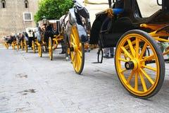 Линия экипажей ждать туристов в Севилье Стоковые Изображения
