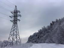 Линия электропередач вдоль дороги горы снега стоковые фотографии rf