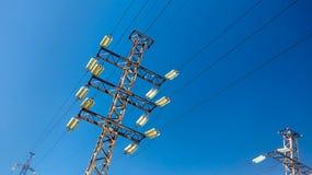 Линия электропередач против неба стоковые изображения