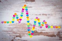 Линия Cardiogram бумажных сердец на деревянной концепции предпосылки, медицины и здравоохранения Стоковые Изображения