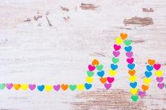 Линия Cardiogram бумажных сердец на деревянной концепции предпосылки, медицины и здравоохранения Стоковые Фото