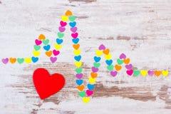 Линия Cardiogram бумажных сердец на деревянной концепции предпосылки, медицины и здравоохранения Стоковые Изображения RF