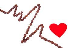 Линия Cardiogram зажаренных в духовке зерен кофе и красной концепции сердца, медицины и здравоохранения Стоковые Изображения RF
