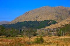 Линия Glenfinnan Шотландия Великобритания гористой местности виадука Glenfinnan западная обозревает озеро Shiel и размещенный как Стоковая Фотография RF
