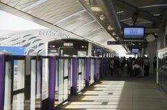 Линия MRT фиолетовая на ходе станции Bangyai идет к Бангкоку Стоковое Изображение
