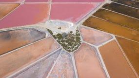 Линия ` s земли Перспектива трутня вертикальная цветов и форм ` s земли Посолите квартиры на Colonia de Sant Jordi, Мальорке Стоковое Фото