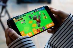 Линкольн, Великобритания - 06/30/2018: Кто-то играя поиски pokemon, новую игру для черни стоковые изображения rf