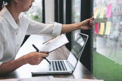 Липкая доска расписания напоминания бумаги примечания, accoun бизнес-леди стоковые изображения rf