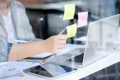 Липкая доска план-графика напоминания бумаги примечания Стоковая Фотография
