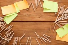 Липкие примечания и карандаши цвета на деревянном столе Стоковое Изображение RF