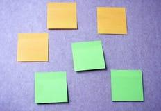 Липкие примечания на фиолетовой стене стоковые изображения
