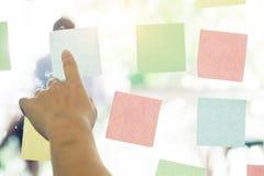 Липкий план-график напоминания бумаги примечания на окне Стоковое фото RF