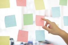 Липкий план-график напоминания бумаги примечания на окне Стоковая Фотография
