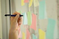 Липкий план-график напоминания бумаги примечания на окне Стоковые Фотографии RF