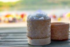 Липкий рис в плетеной корзине стоковое изображение rf