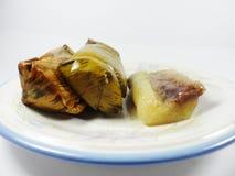 Липкий рис обернутый в листьях банана стоковое изображение