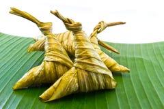 Липкий рис обернутый в листьях. Стоковая Фотография
