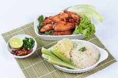 Липкий рис с жареной курицей на бамбуке и древесине Взгляд со стороны Стоковые Изображения RF