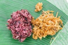 Липкий рис с зажаренным свининой в банане выходит, тайская еда Стоковые Фотографии RF
