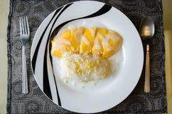 Липкий рис с манго с milke кокоса на верхней части стоковая фотография rf