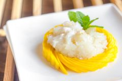 Липкий рис с свежим манго Стоковые Изображения