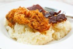 Липкий рис с сладостной свиной отбивной и зажаренным мясом. Стоковая Фотография