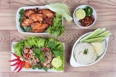 Липкий рис служил с жареной курицей и пряным кислым салатом из курицы на древесине Взгляд сверху Стоковое Изображение RF
