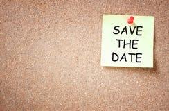 Липкое прикалыванное к пробковой доске с спасением фразы дата Комната для текста Стоковые Фотографии RF