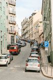 Лиссабон, может 1, 2018: обычная улица города с жилыми домами Нормальная жизнь в Европе car parking стоковое фото rf