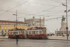 Лиссабон - облачные небеса над желтым квадратом; трамваи стоковая фотография