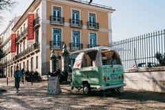 Лиссабон, 18-ое июня 2018: Еда улицы и передвижная коммерция Продажа замороженного йогурта или мороженого на улице города стоковые фото