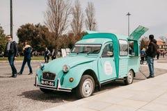 Лиссабон, 18-ое июня 2018: Продажа еды или помадок улицы в годе сбора винограда или ретро автомобиле Торговая операция улицы или  Стоковое Изображение RF