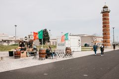 Лиссабон, 18-ое июня 2018: Торговля улицы в пить и еде на портовом районе в области Belem детеныши женщины человека пар Стоковое Изображение